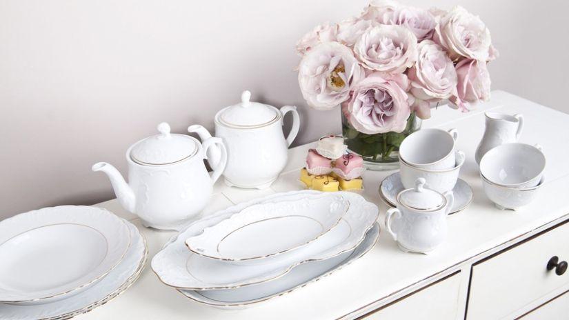 Biela porcelánová kanvica na čaj