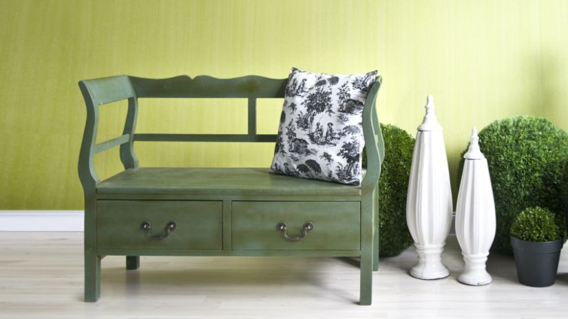 Zelená lavica z dreva