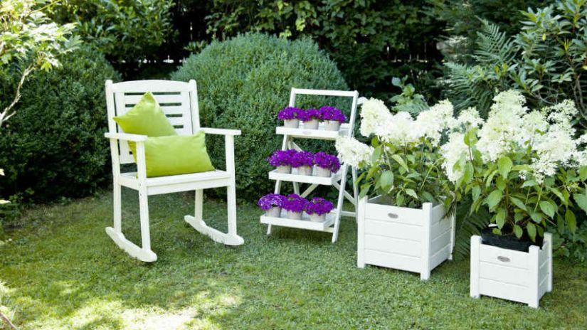 Klasický biely nábytok do záhrady