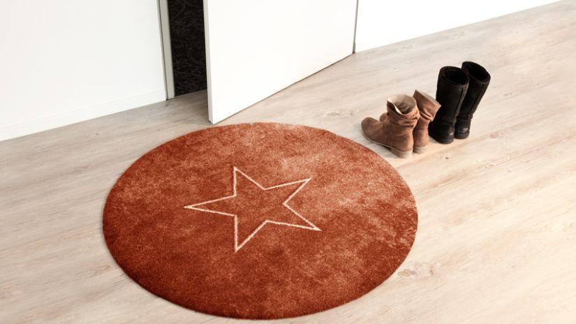 Moderný hnedý koberec do predsiene