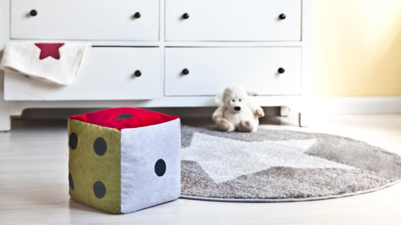 Okrúhly koberec v sivej farbe