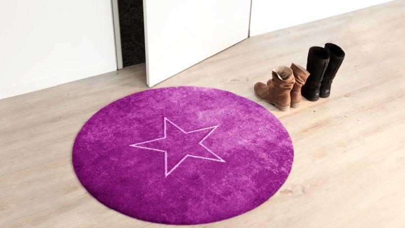 Okrúhly koberec fialovej farby