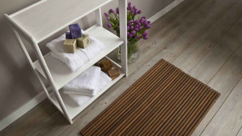 Hnedý protišmykový koberec do kúpeľne