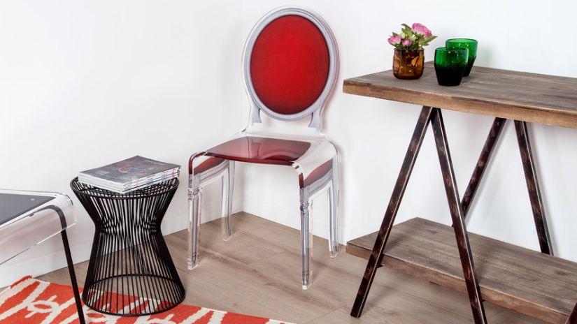 Štýlová červená čalúnená stolička