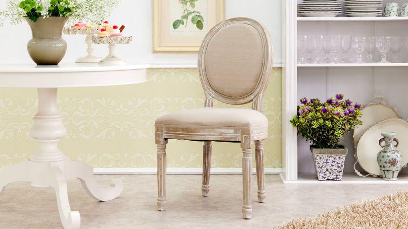 Jemná púdrová čalúnená stolička