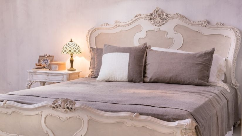 Manželská pohodlná posteľ v rustikálnom štýle