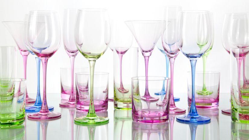 Sada moderných farebných pohárov