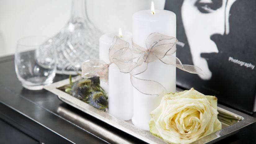 Vysoké biele sviečky