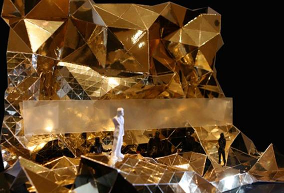 kanye1569_0.jpg - Kanye West's golden stage show - 1551