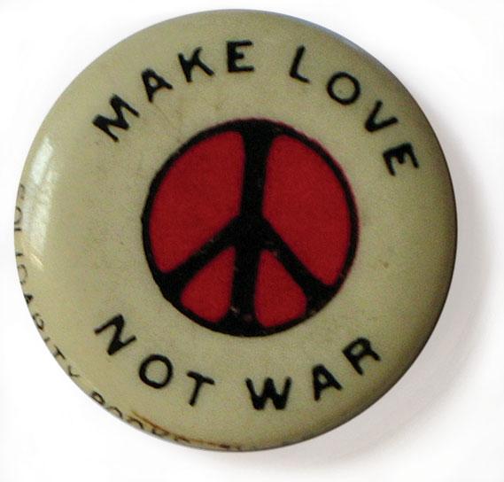 peacebutton002_0.jpg - 04: Make Love Not War - 4031