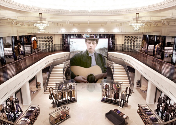 41202149df204838a14a9f4d14c0eb93_0.jpg - Heritage meets digital in new flagship Burberry store - 4672