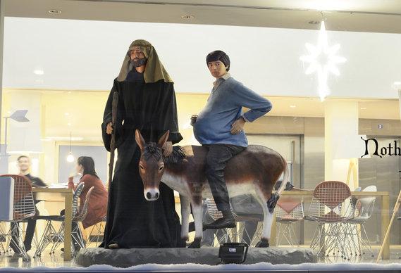 saatchi_0.jpg - Saatchi & Saatchi's Pregnant Man Nativity - 5984