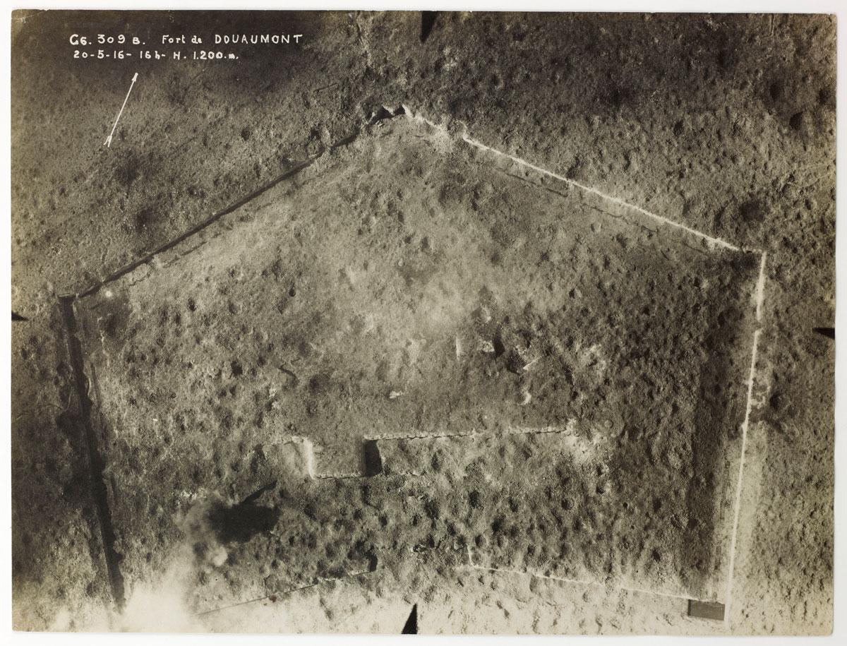 Fort de Douaumont near Verdun, May 20 1916, 16hr, altitude 1,200 metres, Aerial Photography Section. © Paris – Musée de l'Armée, Dist.