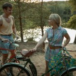 Szene 2.26, KM-Wald. Thomas (Vladimir Burlakov) und Annett (Sonja Gerhardt) auf dem Weg zum Waldsee.