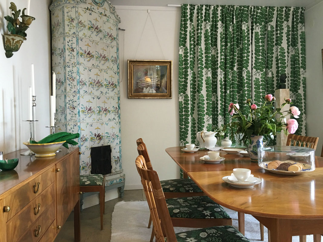 1-the-dining-room-in-annes-house-millesgarden-fitterd-with-josef-frank-furniture-by-estrid-ericson-millesgarden