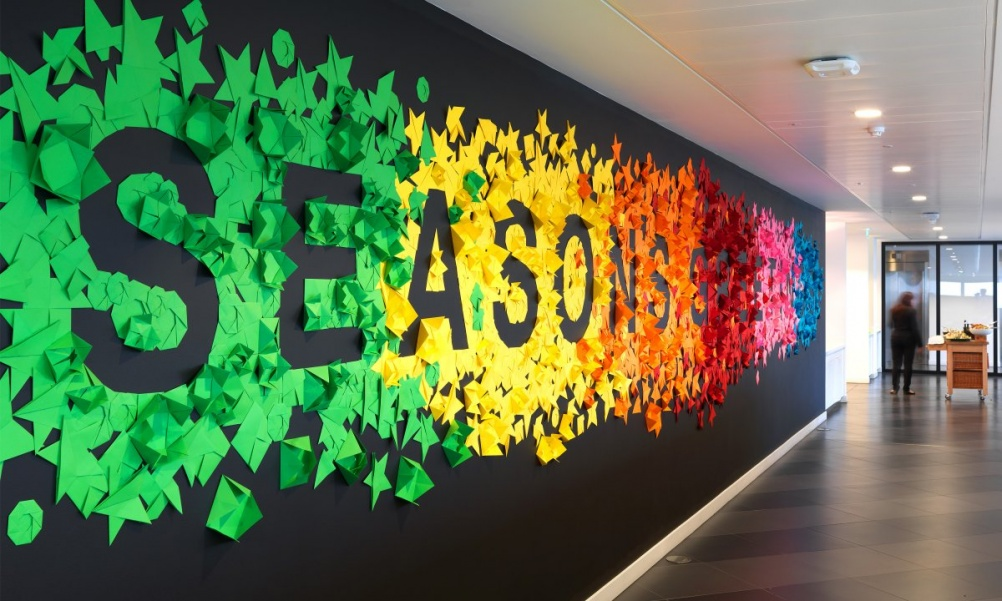 Nabarro-125-London-Wall-Seasons-Greeting-wall-7-by-Neon-1200x720