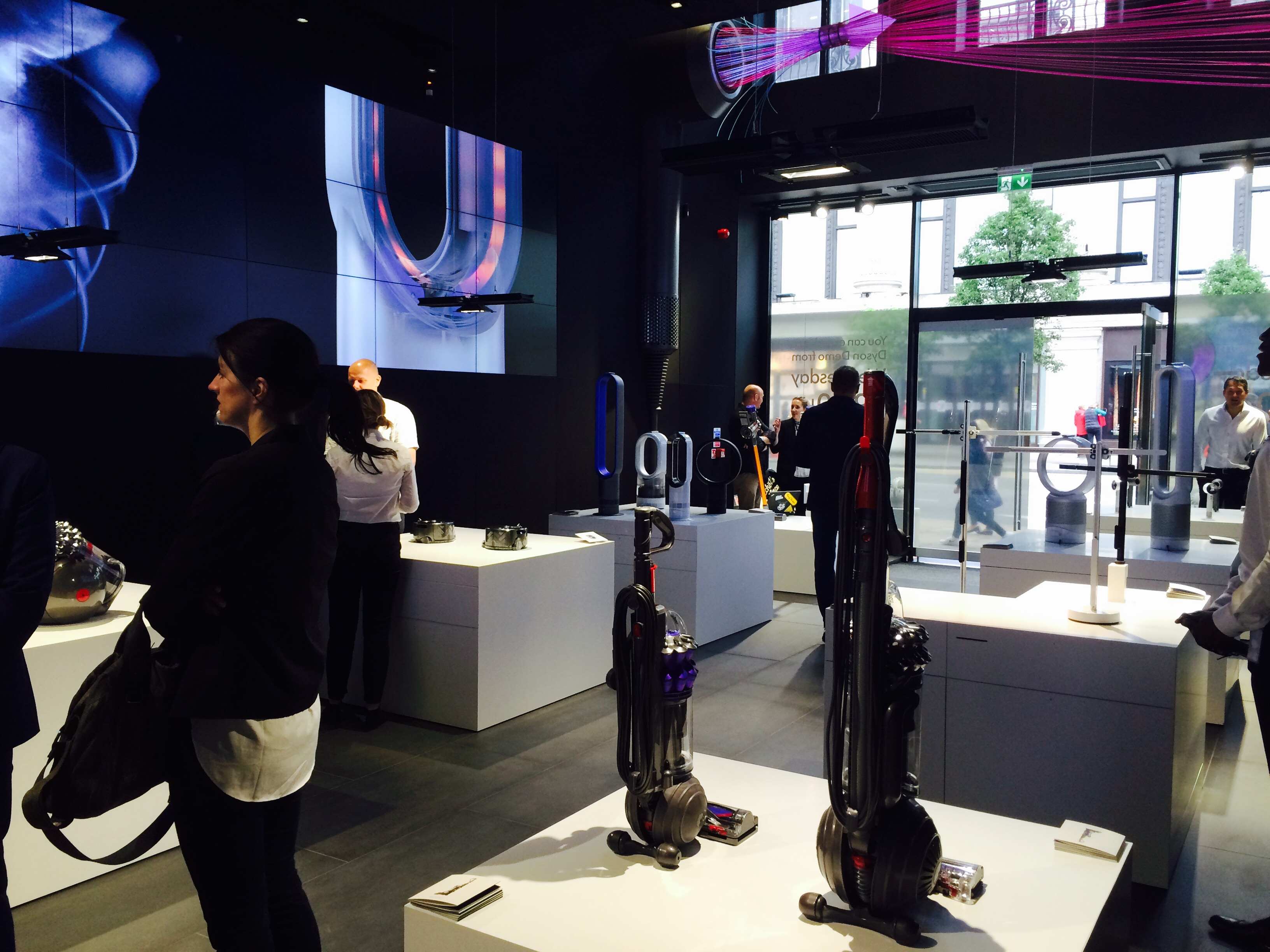 dyson brings engineering to life with new london store design week. Black Bedroom Furniture Sets. Home Design Ideas