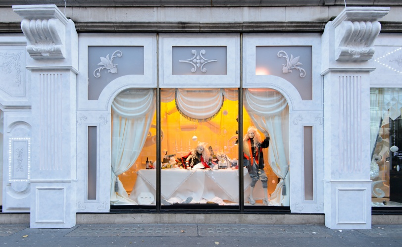 harvey-nichols-britalia-christmas-windows-dinning-table