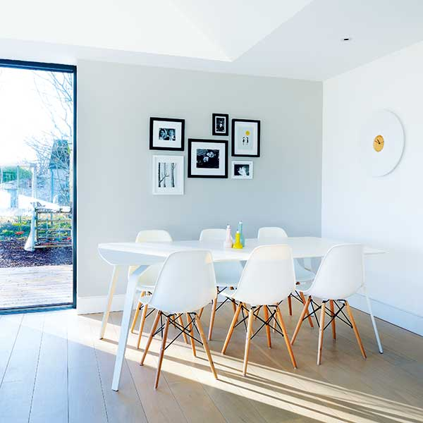 Minimal-dining-room-with-full-height-glazing