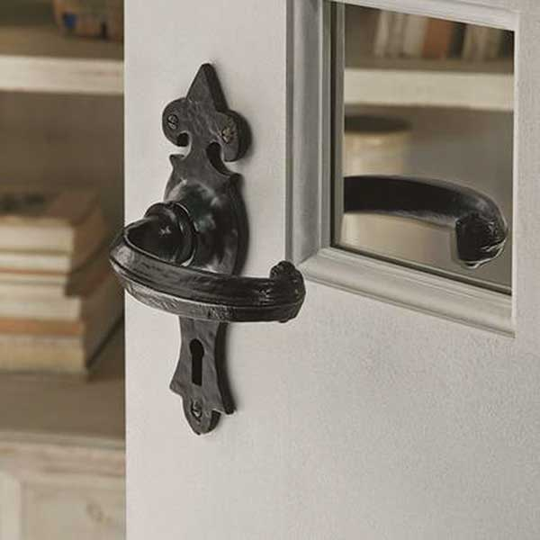 Ornate-black-door-handle-from-Howdens-Joinery