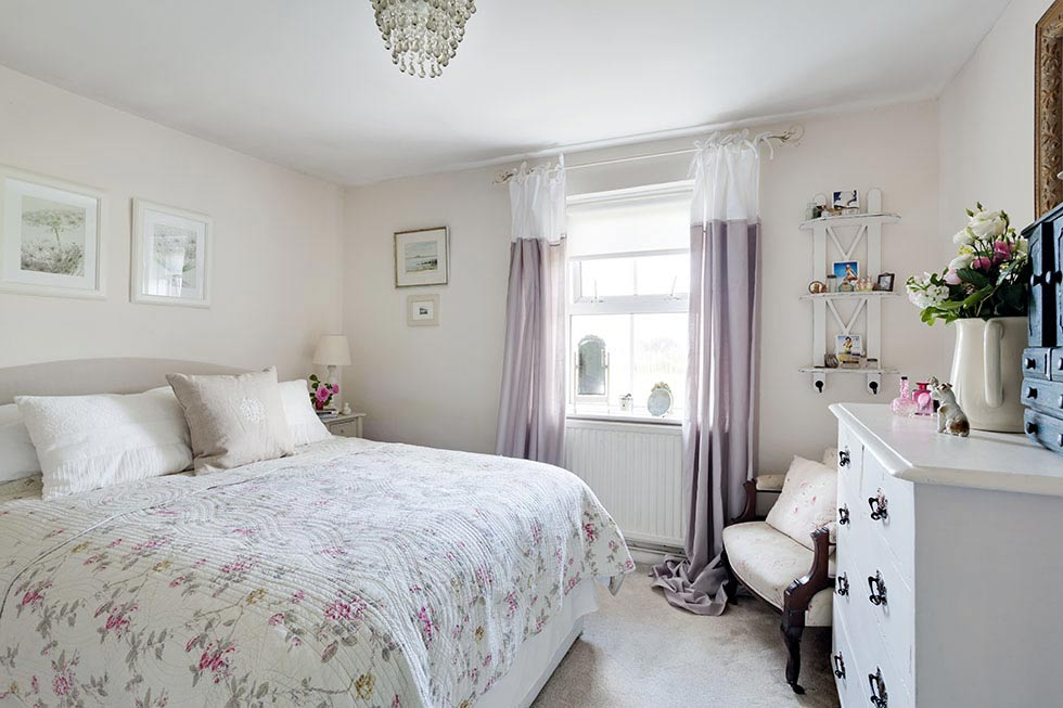 pretty victorian cottage bedroom