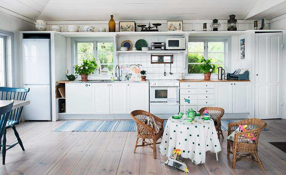 Swedish summerhouse kitchen diner