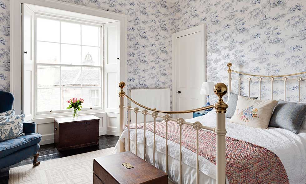 toile de Jouy bedroom wallpaper in a Georgian city centre apartment