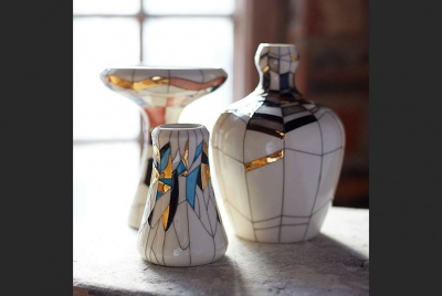 design consort three vases gold blue crack detail