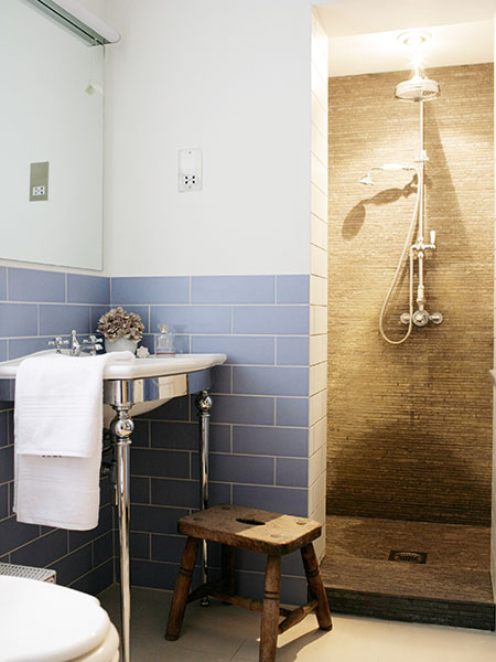 Space efficient wetroom style shower