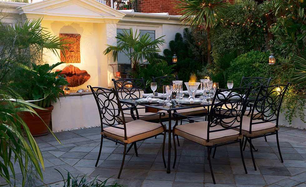 courtyard garden with al fresco dining