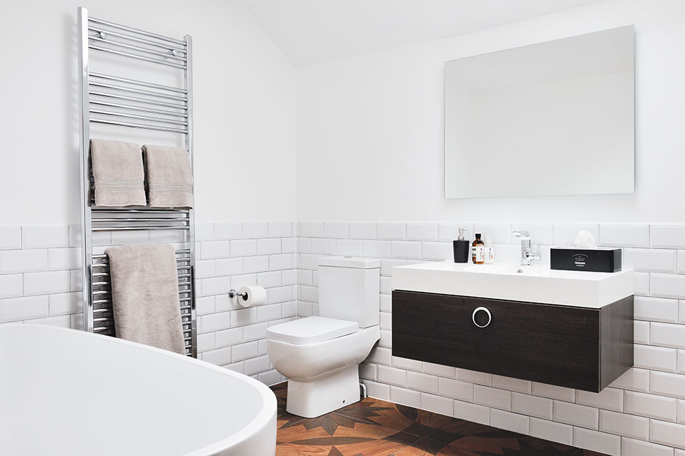 monochrome-bathroom-with-statement-flooring
