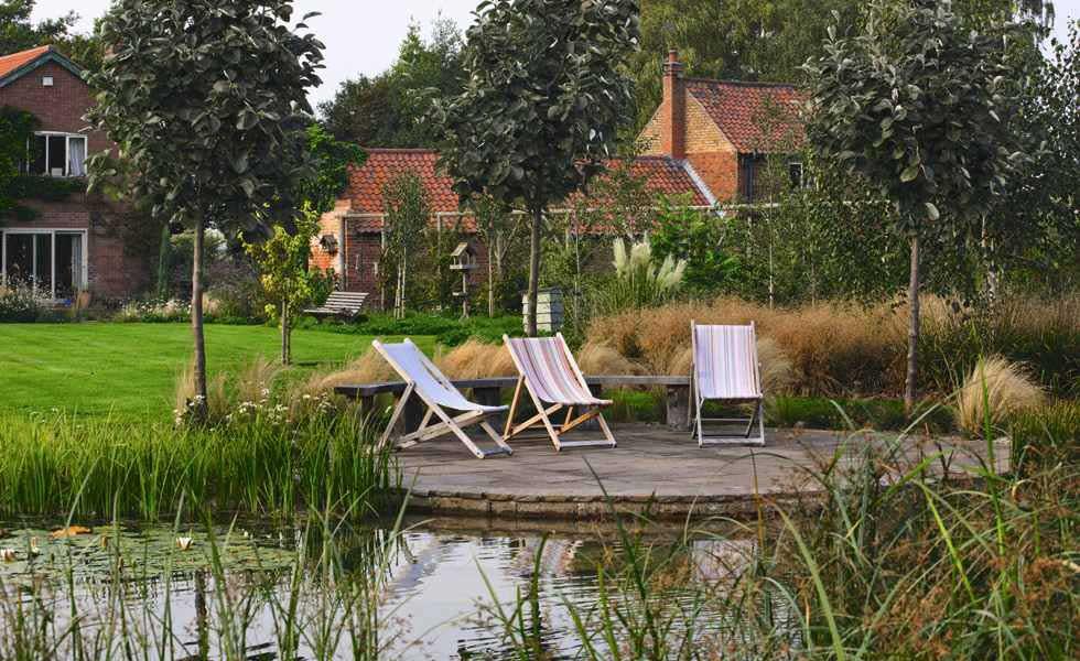 garden_pond_deckchairs