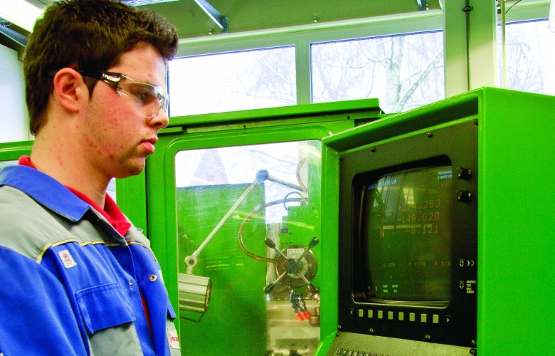 /g/d/t/IMI_Precision_Engineering_manufacturing_student.jpg