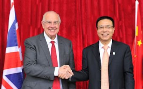 President Xu Fei of Southwest Jiaotong University, and Sir Alan Langlands, vice-chancellor of The University of Leeds, shake hands at the launch.