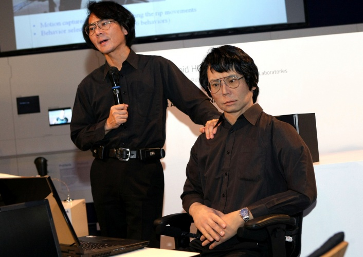 Hiroshi Ishiguro & Geminoid (Credit: rubra via Flickr)