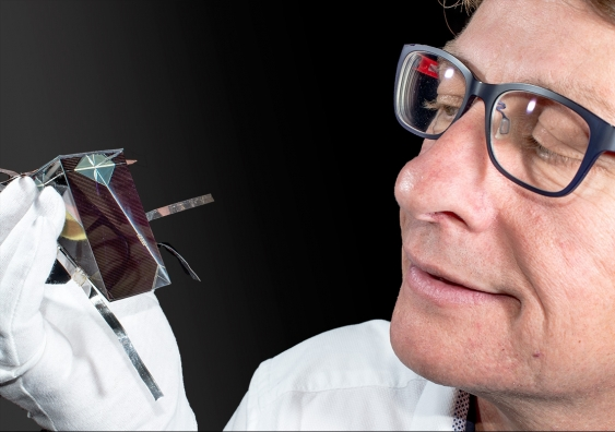Dr Mark Keevers with one of the spectrum splitting, four-junction mini-modules (Credit: UNSW)
