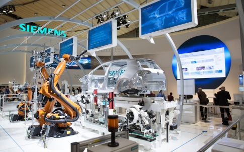 Im Future Forum des Siemens-Stands in Halle 9 auf der Hannover Messe bietet Siemens einen Ausblick auf die Zukunft der Produktion. So wird das Potenzial der Industrie 4.0 am Beispiel der Automobilfertigung gezeigt.