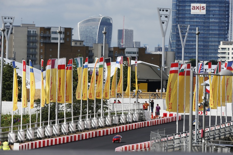 Cars on the track during Make the Future London 2016 at the Queen Elizabeth Olympic Park, Sunday, July 3, 2016 in London, UK. (Chris Ison for Shell)