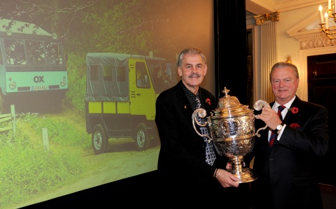 1282707_gordon-murray-receives-the-dewar-trophy-from-rac-chairman-tom-puves