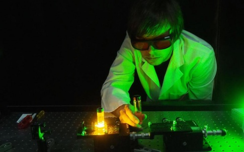 Dr. Erik Schartner demonstrates an experimental system of the optical fibre probe. (Credit: University of Adelaide)