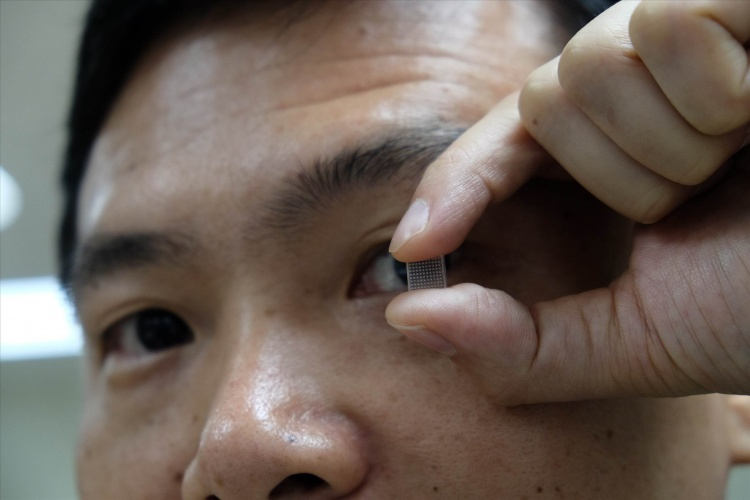 Microneedle contact lens targets the eye for drug delivery