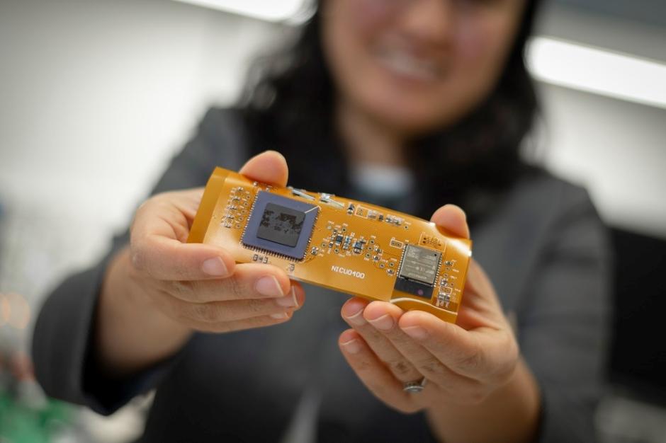 Wearable wireless sensor monitors baby blood oxygen