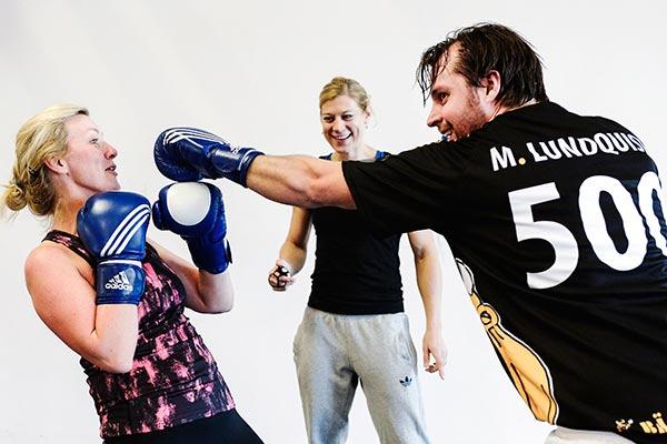 Catarina Molin-Österlund från Arla och Mats Lundquist från Bäckström anläggning coachas av Anna Laurell, boxare och känd från SVT:s Mästarnas mästare.