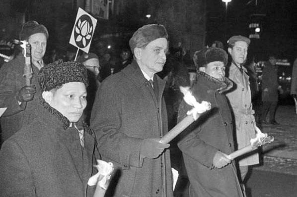 Olof Palme demonstrerar mot Vietnam på Sergels torg, Stockholm 1968.