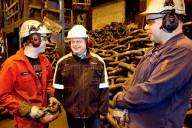 Magnus Westher (mitten), vd på Ramnäs bruk, använder sig av en annorlunda modell för att skapa rättvisa löner. Foto: TT Bild.
