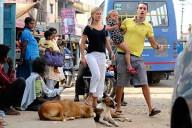 Karolina Wennerblom jobbar för Scania i Bangalore, Indien, sedan 2,5 år tillbaka. Här med maken Gustav och dottern Miriam 3,5 år, i gatuvimlet. Foto: Manjunath Kiran.