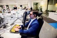 Hampus Wännerdahl  på sin arbetsplats på   Telenor vid Slussen i Stockholm. Foto: Magnus Liam Karlsson