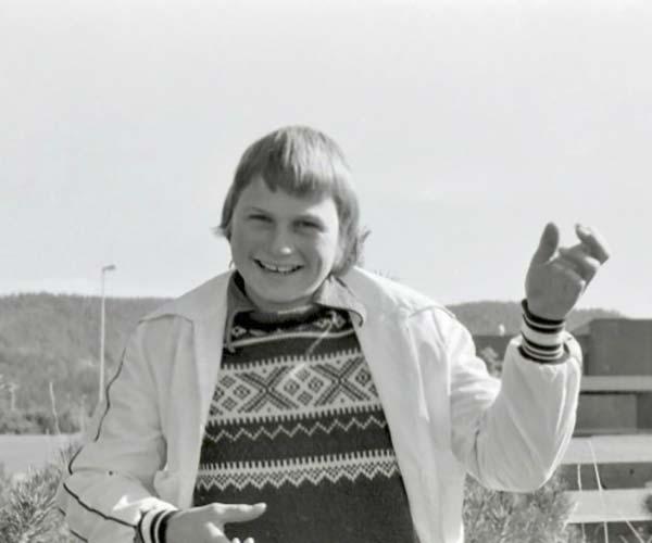 Petter Stordalen, 12 år gammal, spelar luftgitarr i hembyn Porsgrunn.