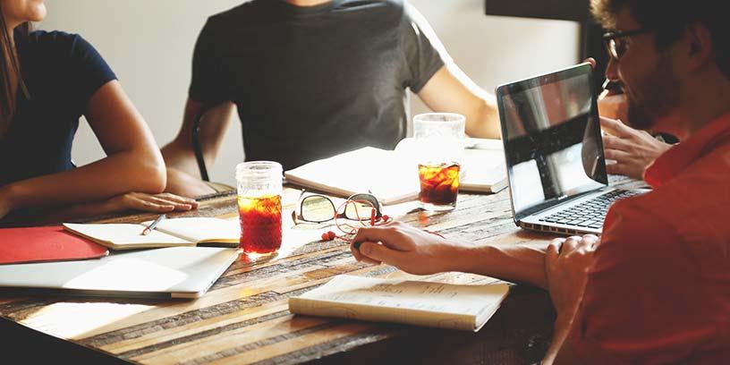 metoder-delegera-skrivbord-fika-mote