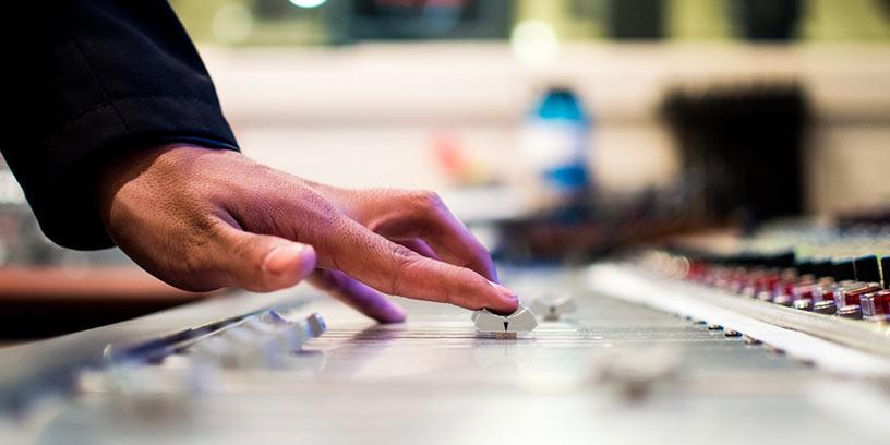 hand-mixerbord-musik-man-metoder-kommunicera